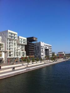 Place nautique et immeubles stylés bordent le centre commercial.