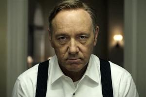 Kevin Spacey interprète Frank Underwood, membre du Congrès ambitieux, revanchard et manipulateur.