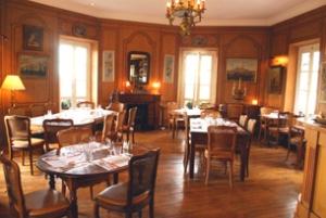 La salle de restaurant évoque une certaine idée de la bourgeoisie. La clientèle aussi.