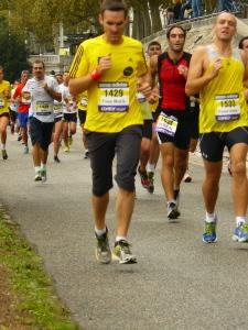 Run in Lyon, ce sont trois parcours qui font la part belle aux berges du Rhône : 10 km, semi-marathon et marathon.