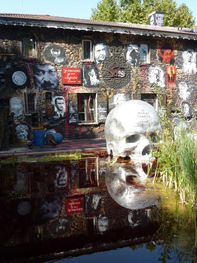 La Demeure du Chaos est un étrange musée d'art contemporain en plein air...