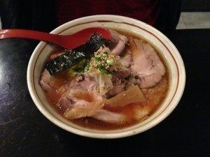 Le râmen est un plat typiquement japonais, sorte de bouillon de pâtes et de viande.
