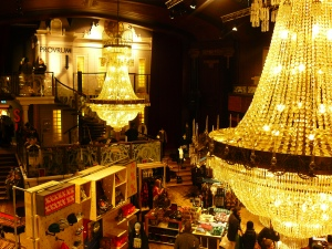 La boutique Urban Outfitters a pris possession d'un ancien théâtre en centre-ville. La boutique propose des vêtements branchouilles et vintage.